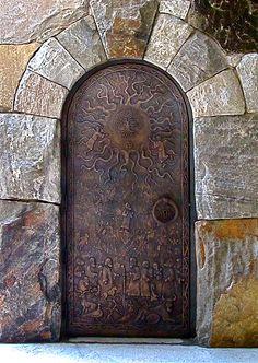 Porta de bronze da torre do sino da Escola Westminster de Atlanta, estado da Georgia, USA.