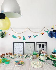 Dino feest eten & drinken: van velociraptor klauwen tot threerex taart   mamalifestyle.nl Dinosaur Party, Baby Party, Birthday Cake, Baby Shower, Creative, Desserts, Party Ideas, Snacks, Food