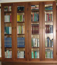 Mobile-libreria in noce tanganica e ante in cristallo