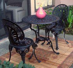 mobilier de jardin en fer forgé - table et chaises bistrot richement décorées