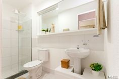 Cores claras no banheiro são boas dicas. Para dar vida vale a pena investir em objetos com cores fortes. Banheiro decorado do Vista de Laranjeiras