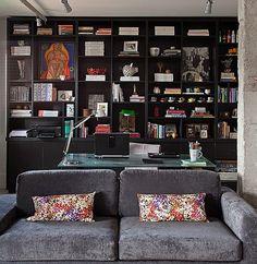 A arquiteta Gabriela Marques buscava sensação de amplitude no novo apartamento. Mas ela precisava unir em um mesmo ambiente sala e home office. A solução foi investir em uma grande estante, com lugar para tudo: impressora, livros, revistas, objetos de dec