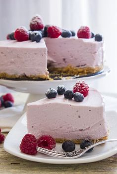 A delicious No-bake Greek Yogurt Pie, an easy recipe, pick your favorite Greek Yogurt flavor. The perfect family dinner dessert. #nobakedessert #yogurtcake #yogurt #dessert #summerdessert #easyrecipe