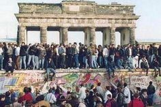 Túnel do Tempo: Queda do Muro de Berlim  No último sábado (09), foram comemorados os 25 anos da queda do Muro de Berlim, que dividiu a Alemanha por 28 anos.  A fronteira foi construída em 13 de agosto de 1961 e separava a Alemanha Ocidental (capitalista) da Alemanha Oriental (comunista) e só foi derrubado em 09 de novembro de 1989, data que marca, para muitos, o final da Guerra Fria e o fim da bipolarização do mundo.