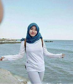 Hijab Pretty: Pretty Hijab Feeling in Love Arab Girls Hijab, Girl Hijab, Hijab Jeans, Hijab Fashion, Fashion Outfits, Fall Outfits, Islamic Girl, Fashion Week 2018, Fashion Wallpaper