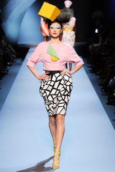 Christian Dior Haute Couture Fall/Winter inspired by the Memphis Group Christian Dior Couture, Dior Haute Couture, Couture Mode, Style Couture, Couture Fashion, 90s Fashion, Trendy Fashion, Fashion Show, Fashion Design