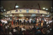 A Szent Gellért téri metrós koncertje után egy újabb különleges helyszínen, a Szigetszentmiklósi Battyhány Kázmér Gimnáziumban koncertezett a Budapest Voices. Az énekegyüttes az Adjon az ég című átdolgozását az iskola kórusával együtt adta elő, így közel százan énekelték a Tankcsapda dalát.