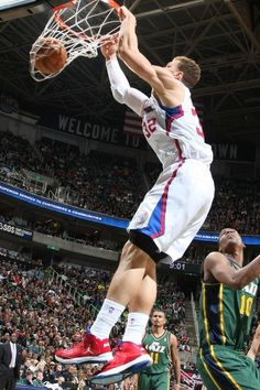 DECEMBER 28: Blake Griffin #32 of the Los Angeles Clippers dunks against Alec Burks #10 of the Utah Jazz