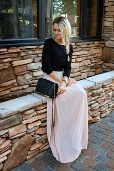 Black t-shirt, pink maxi skirt, sandals, black bag