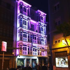 Nuestro hotel ya luce los colores de la bandera de Logroño.  Un simbólico izado luminoso que esperamos sirva como aderezo al fantástico ambiente de nuestra ciudad. ¡Felices Fiestas!