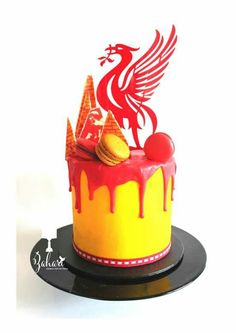 ⚽Liverpool FC cake with macarons and large topper in red and yellow. 40th Birthday Cakes For Men, Cake Birthday, Bolo Drip Cake, Liverpool Cake, Soccer Cake, Sport Cakes, Cake Factory, Cake Logo, Painted Cakes