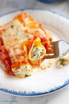 This Baked Ricotta and Spinach Cannelloni (Manitotti Pasta) is made with three delicious cheeses and it's the perfect easy vegetarian comfort food! Vegetarian Comfort Food, Vegetarian Recipes, Cooking Recipes, Healthy Recipes, Healthy Meals, Pasta Recipes, Manicotti Pasta, Manicotti Recipe, Spinach Cannelloni
