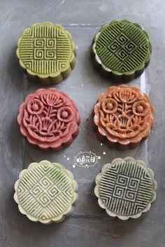 Moon cakes for Moon Festival. Cake Festival, Food Festival, Chinese Deserts, Chinese Moon Cake, Mooncake Recipe, Goody Recipe, Springerle Cookies, Easy Eat, Asian Desserts