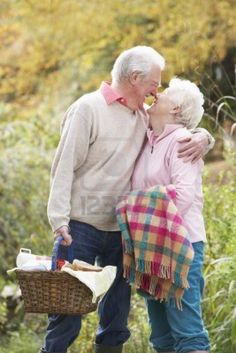 Couple Senior romantique Outdoors avec panier pique-nique en automne Woodland  Banque dimages