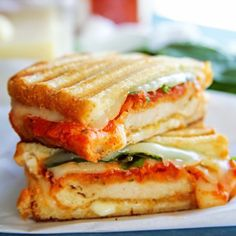 Chicken Parmesan Grilled Cheese Sandwich is loaded with breaded chicken, marinara, mozzarella & spinach & grilled to perfection. It's the BEST grilled cheese you'll ever eat! Toast Sandwich, Grilled Sandwich, Soup And Sandwich, Steak Sandwiches, Best Grilled Cheese, Grilled Cheese Recipes, Grilled Cheeses, Paninis, Milk Recipes