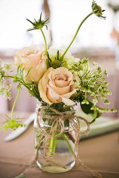 Frascos con flores como centros de mesa sencillos y muy boho chic | Centros de Mesa para Boda Económicos y Originales