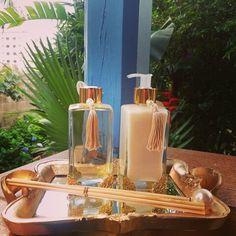 Kit difusor, sabonete líquido e bandeja ouro. #aromatizador #aromattica #difusor #difusordearomas #casa #casaperfumada #perfumeparacasa #piracicaba #natal #amigosecreto #natal #instadecor #homedecor #home