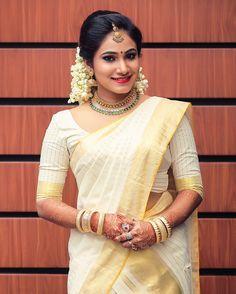 Set Saree Kerala, Kerala Saree Blouse, Kerala Wedding Saree, Saree Wedding, Wedding Bride, South Indian Wedding Hairstyles, Bridal Hairstyle Indian Wedding, Indian Bridal Fashion, Kerala Engagement Dress