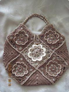 granny squares bag, love colors, maybe not the white... also, wonderful idea for handle, stiff wire and beads!