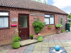 Romantic Cottage Breaks Perfect for Valentines, Birthdays and Anniversary Celebrations - Robyn's Nest is a detached cottage in the grounds of the owner's home near to the village of Brinton near Holt in Norfolk. The cottage sleeps three people and has one double bedroom, one single, a shower room and an open plan living area with kitchen and sitting area. Outside is off road parking and …