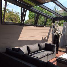 Geef vorm aan uw terras als buitenwoonruimte verbonden met de natuur. Beleef uw tuinomgeving in een nieuwe dimensie – onafhankelijk van weer en seizoen. Het modulair uitbreidbare STOBAG glazen daksysteem TERRADO verenigt tal van voordelen: Aangezien het op maat vervaardigd wordt, bieden zich reeds bij de planning ontelbare mogelijkheden aan wat betreft vorm en toepassingsgebied. Door het grote aantal uitbreidingsopties kunt het TERRADO-systeem precies op uw behoeften afstemmen.