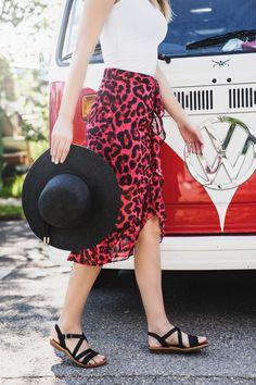 Diese SUPER SOFTEN Sandalen von Paul Green machen Lust auf lange Spaziergänge an sonnigen Tagen. Schmale Riemen in Schwarz sorgen mit der schönen Schließe an der Seite für perfekten Halt und unterstreichen zudem einen femininen Gesamtlook. Dank der super soften Lederverarbeitung, trägt sich das Paar fantastisch. Dna, Super, Midi Skirt, Skirts, Shopping, Fashion, Sandals, Paul Green Shoes, Leather Working