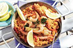 Deze grote pan met lekkers zet je zo op tafel: kip, garnalen rijst en geurige kruiden - Recept - Allerhande