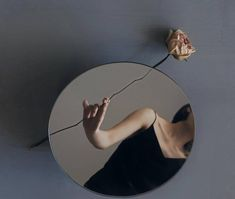 Mirror Photography, Creative Portrait Photography, Reflection Photography, Creative Portraits, Photography Poses, Fashion Photography, Tattoo Studio, Photo Recreation, Different Art Styles