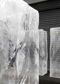 Eisblock und Eiswürfel, künstliches Eis, Auto im Eisblock