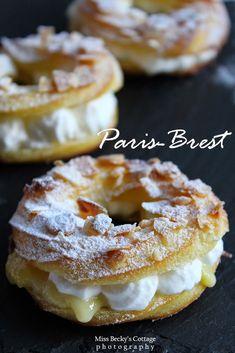 Paris-Brest con pasticcera al caramello e panna Paris-Brest with caramel and cream pastry Mini Desserts, Delicious Desserts, Dessert Recipes, Yummy Food, Tasty Pastry, Decoration Patisserie, Paris Brest, British Baking, French Pastries