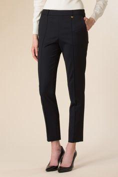 Pantalone in tessuto tecnico stretch anche color cammello (con top chiari). Vestibilità perfetta per valorizzare le gambe.  Slim fit pants to flatter your legs