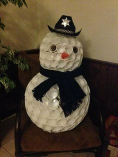 Comment réaliser un magnifique bonhomme de neige en gobelets avec peu de moyens ? Olaf, Theme Noel, Snow Globes, Snowman, Recycling, Halloween, Disney Characters, Invitation, Education