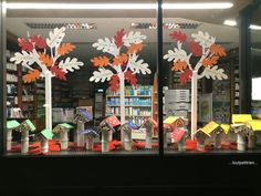 Decoration Vitrine, School Decorations, Classroom, Pure Products, Autumn, Top, Fashion Window Display, Stained Glass Windows, Window Displays