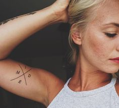 Iniciales de tus familiares. Una buena forma de llevar a tu familia contigo siempre. Tatúa sus iniciales en tu brazo con este diseño --- #minitatuaje #tattoo #tatuajes #tatuajespequeños #bodyart #minitattoo #newtattoo #tattooartist #hermanos #familia #tatuajesbrazo