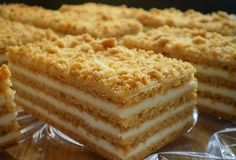 Neuvěřitelně chutný, sladký a velmi jednoduchý klasický recept na medové řezy. Nádivka ze zakysané smetany a cukru.