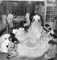 Parigi, l'alta moda ieri e oggi Sarte al lavoro. Christian Dior 1951