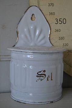 WIt emaille zoutpot (White enamel salt pot) www.blossombrocante.nl