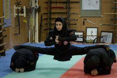 Una joven iraní practica Ninjutso en un gimnasio de Karaj, una ciudad al noroeste de Teherán. Cerca de 30,000 mujeres practican esta arte marcial bajo la supervisión del Ministerio de Deportes del gobierno iraní. REUTERS/Caren Firouz (IRAN - Tags: SOCIETY TPX IMAGES OF THE DAY)