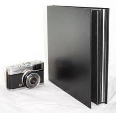 Álbum encadernado artesanalmente com lombada fechada, revestido com Percalux Preto (Textura: Tipo Couro).    *** Ideal para portfólio fotográfico.