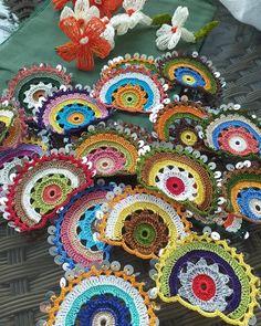 Pullu efe oyaları çanta için hazır😍👍 . Diğer sayfam👇 . @orgu_dunyam__ . .… Crochet Square Patterns, Crochet Squares, Loom Patterns, Crochet Designs, Crochet Car, Crochet Gifts, Easy Crochet, Hand Knit Bag, Crochet Fringe