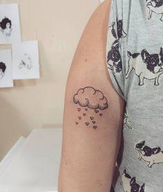 Artist: Hiasmyn L.  Tatuagem feminina, nuvens, corações, amor.  Female tattoo, clouds, hearts, love.