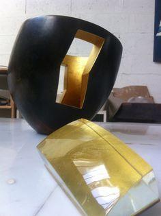 Hervé Wahlen. Sculpture en cuivre martelé et feuille d'or. Photo d'atelier