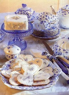 Blue Violet tea service and 'dainties' from Victoria Magazine. Love the pretty cookies Café Chocolate, Victoria Magazine, Blue And White China, Blue China, My Cup Of Tea, Tea Service, Cookies Et Biscuits, Sugar Cookies, Vintage Tea