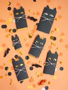 DIY Spooky black cat chocolate bar wrap for Halloween Fun & Games for Kids! Halloween Gift Baskets, Halloween Crafts For Kids, Halloween Home Decor, Halloween Gifts, Holidays Halloween, Halloween Party, Halloween Desserts, Halloween Ideas, Halloween Mono