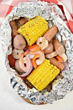 Cajun Shrimp in Foil Cajun Recipes, Shrimp Recipes, Crockpot Recipes, Great Recipes, Dinner Recipes, Cooking Recipes, Favorite Recipes, Healthy Recipes, Seafood Dishes