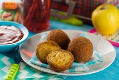 These delicious mac & cheese croquettes are an ideal snack or meal for the little ones at home. They are very creamy on the inside and have a crispy crust on the outside. Flan, Snack Recipes, Healthy Recipes, Potato Cakes, Easy Snacks, Mac And Cheese, Queso, Vegan Vegetarian, Side Dishes