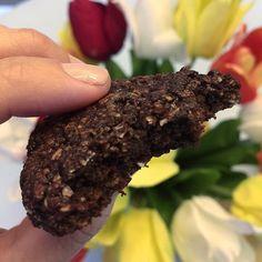 Perguntam tanto do cookie de chocolate da minha nutri @naioliveira_  e pedem pra eu postar a receita novamente, que arqui vai: • 1/2 xic de farelo de aveia • 3/4 de farinha de amêndoa (compro na @vitrinenatural ) • 2 cs de cacau em pó puro @vitrinenatural • 1/2 XIc de açúcar demerara ou de coco @vitrinenatural • 1 pitada de sal • 1 cs de óleo de coco @vitrinenatural • 1 col de sobremesa de fermento em pó • 1 ovo  Modo de preparo: Misture os ingredientes secos (exceto o fermento) e depois…