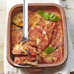 Cosa c'è di più buono della parmigiana di melanzane? La parmigiana di melanzane vegana! Provala con la ricetta facile e veloce di Sale&Pepe.