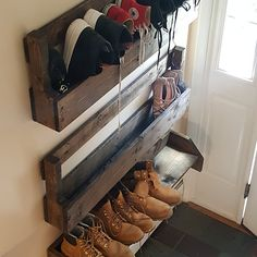 3 Easy DIY Pallet Projects You'll Love to Try - Decorreal Wall Shoe Rack, Shoe Wall, Diy Shoe Rack, Garage Shoe Rack, Homemade Shoe Rack, Rustic Shoe Rack, Shoe Racks, Shoe Rack Porch, Bedroom Decor
