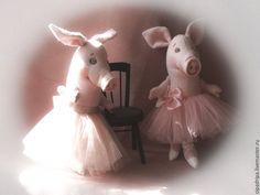 Купить или заказать Piglets (girls) в интернет-магазине на Ярмарке Мастеров. Коллекционная игрушка. Глазки стеклянные , выполнены мастером www.livemaster.ru/woolbulb Сшита по оригинальной выкройке и расписан…